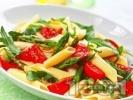 Рецепта Макаронена салата с пене паста, чери домати, аспержи и рукола